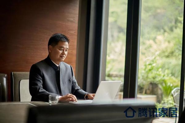 中信红木董事长李忠信不断学习深造,在个人提升的同时,将全身心投入于企业经营管理中