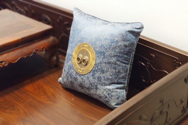 特殊设计的抱枕,让家具整体增添了艺术感