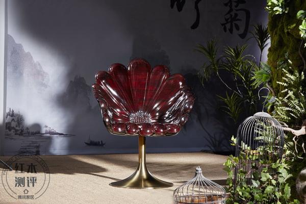 泰和园《菊花椅》整个椅子被设计成一朵绽放的野菊花,多重菊瓣由紫檀木组装而成,结构奇巧,工艺精湛_调整大小.jpg