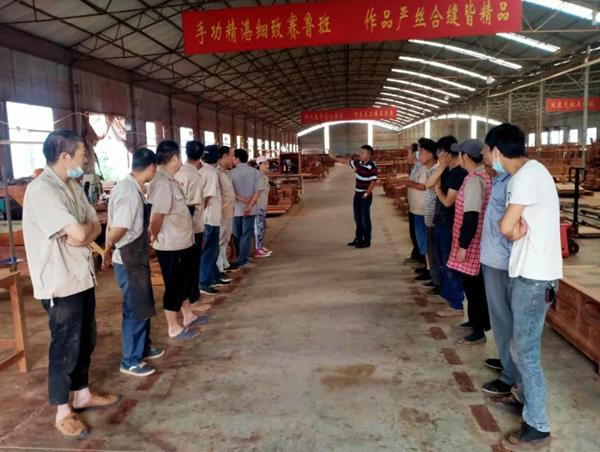 中信红木每周一举行生产例会,解决工厂和全国专卖店反映的质量问题