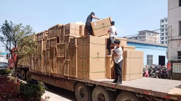中信红木家具一车车运往全国各地