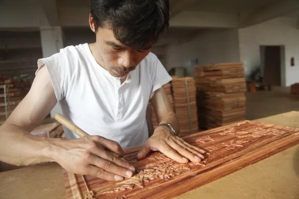 """红木家具的美在于匠人倾注的""""心意""""和""""灵魂"""""""