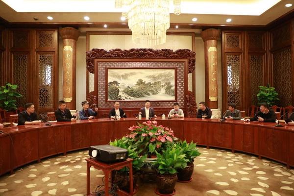 经销商伙伴入座的是,中信红木为无锡梵宫打造的中式会客厅