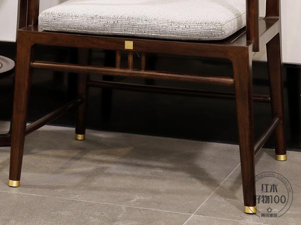 椅子四脚之间有木条相连,两旁稍低后面,寓意步步高升