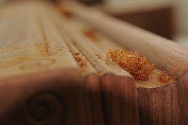 中信红木工匠对红木家具进行精细打磨