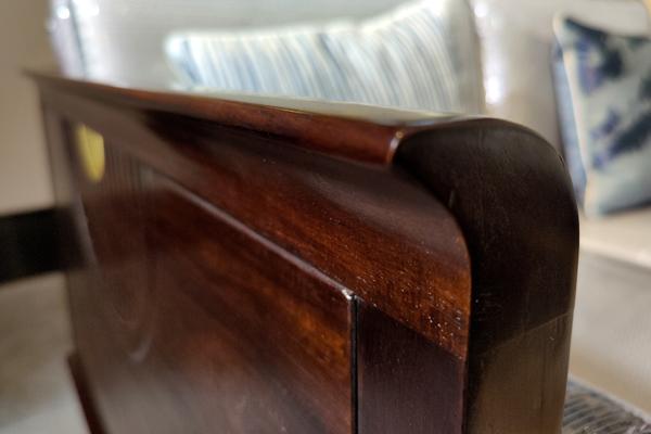 用手感受中信红木家具每一个细节都光滑无比