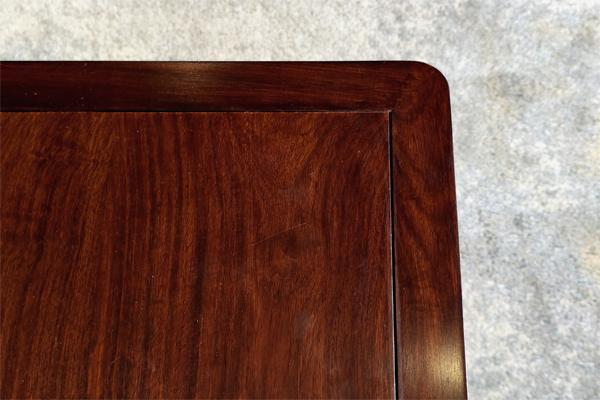 中信·居境刺猬紫檀家具透出丰富多彩的木纹肌理