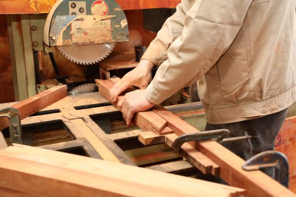 经验丰富的开料师傅会仔细检查每一块木料