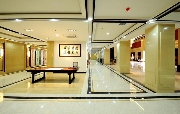 红木艺术精品馆展示上千种款式的红木家具,件件精品
