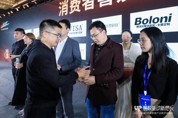 优居副总裁、总编辑、优居研究院院长张永志为中信红木颁奖