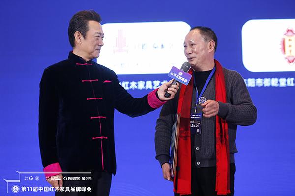 在颁奖台上,御乾堂董事长马海军接受央视著名主持人赵保乐的采访