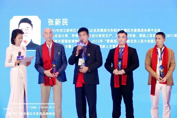 新明下载董事长张新民(左三)台上接受广东电视台主持人央金(左一)采访