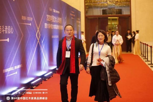 雅典红木董事长包海深、马永娟夫妇出席2020红木人年终秀