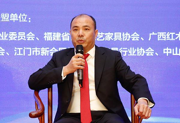 深圳市红木文化艺术协会会长、万盛宇红木董事长蒋桢全在论坛上进行分享发言