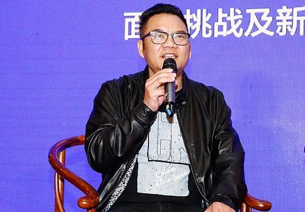 上海市家具行业协会红木家具专业委员会会长、艺尊轩红木董事长包天伟在论坛上进行分享发言
