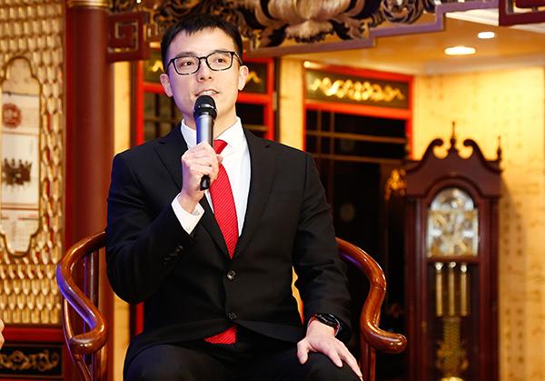 深圳市红木文化艺术协会顾问、美联家私副董事长张文海进行论坛分享