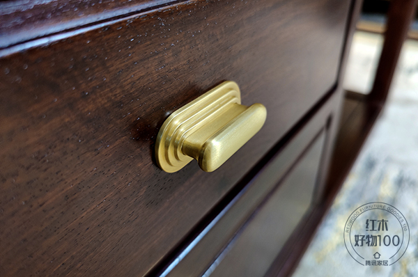 金色饰件作为点缀,增添沙发的精致质感