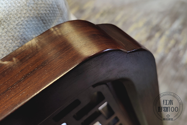 《君道沙发》不仅在选材用料上特别讲究,也从细节上保护使用者的安全,圆滑流畅的木面,避免意外伤害