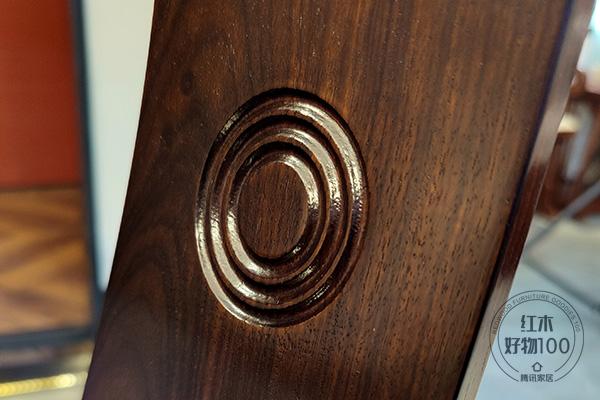 椅背上的套圆设计,呼应了圆桌团圆欢聚的寓意
