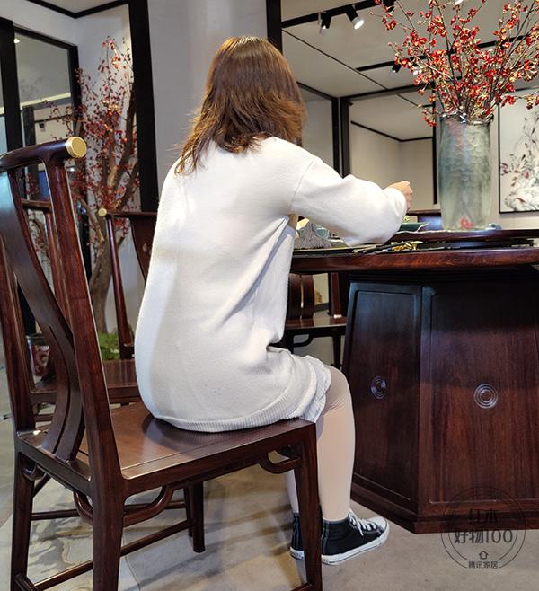 椅面到地面高度适宜,靠背弧形处理方式,具有符合人体后背的曲面造型,让人以最舒适的方式就餐
