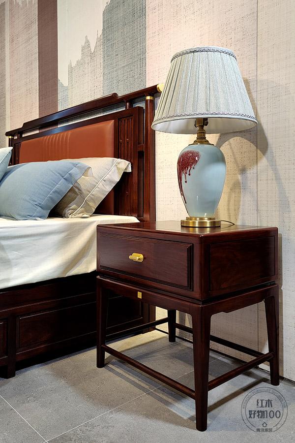 悬空式的床头柜,轻巧便于移动,让日常打理更省心