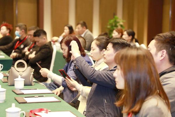 与会的经销商全神贯注聆听恒达木业董事长陈国良的精彩分享
