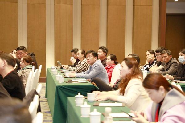 与会的经销商全神贯注聆听恒达木业董事长陈国良的精彩分享g