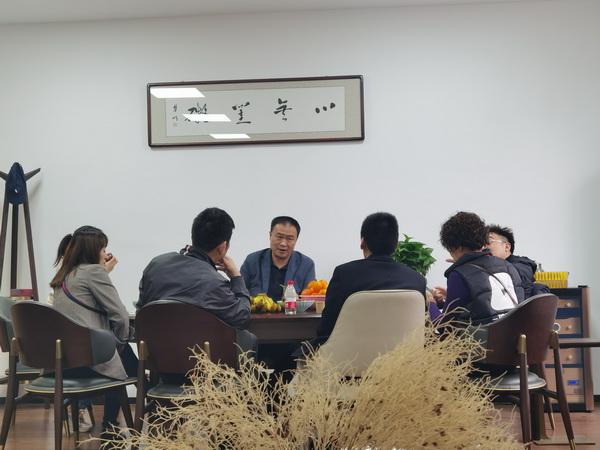 经销商热情高涨,与陈国良董事长(中)面对面交流洽谈开店事宜
