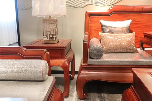 沙发通体留白的设计更能凸显木材本身的质地和肌理感