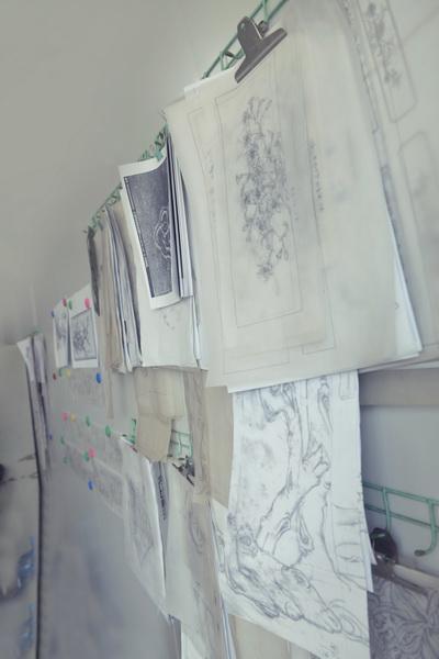 梅花椅的设计经过无数次的修整,图稿铺满墙壁.jpg