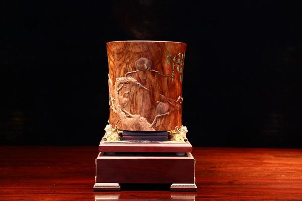 深圳丝翎檀雕精品笔筒《寒雀图》已成为18件入藏中国国家博物馆的木雕精品之一.jpg