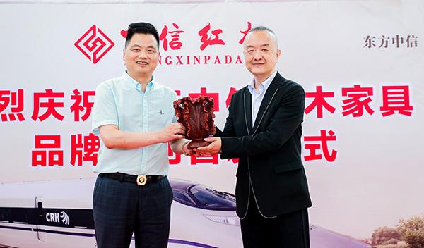 中信红木董事长李忠信、华铁传媒集团副总裁杜劲松互赠纪念礼物