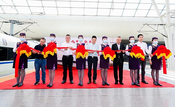 领导嘉宾共同为中信红木高铁冠名列车的正式启程剪彩并合影留念