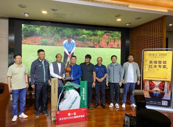 卓木王董事长杜承三(左三)为本次冠军获得者颁发奖杯