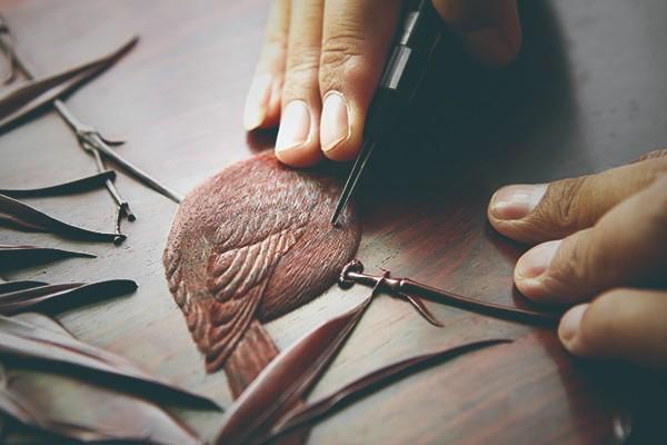每件丝翎檀雕作品的产生,都要经历数十道工序的精雕细琢.jpg