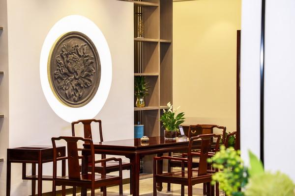 展廳里,家具與綠植相得益彰,營造出典雅寧靜的家居氛圍