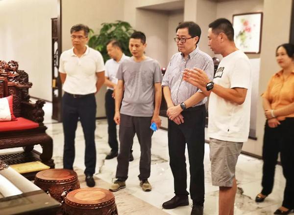 中国传统工艺大师、红古轩生产厂长李仲良(右一)为市人大领导一行人讲解红古轩产品.jpg