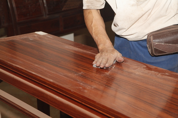 大成尚品匠人手工打磨至1200目砂纸,使家具圆润光滑.JPG