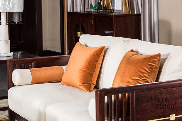 栗子色、米白色、爱马仕橙等色彩相互衬托,彰显出家具的精致时尚美感
