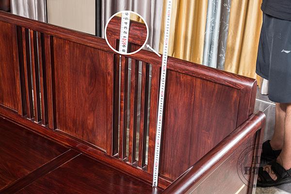 经过测量,沙发靠背约为55cm,,靠着会更舒服,也可以坐得更正