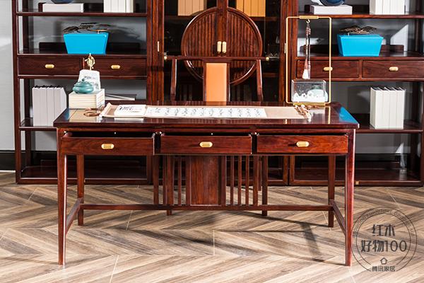 書桌以直柵設計,飾以黃銅件,顯得精致而講究