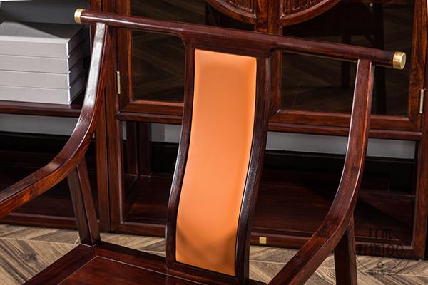 書椅引入亮橙色,彰顯品味
