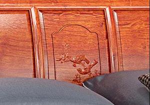 床头雕刻双鸟绕枝,婉转和鸣,寓意着夫妻恩爱