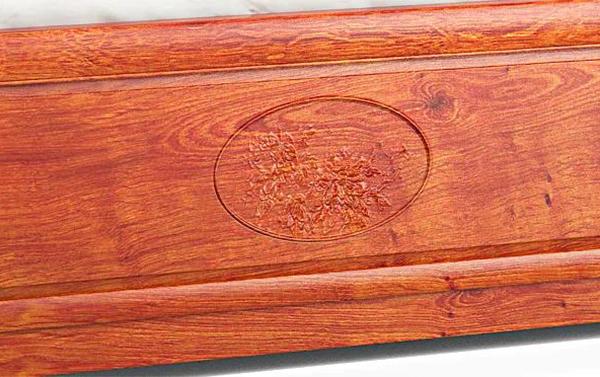 床尾雕刻牡丹国色,寓意富贵、吉祥、幸福