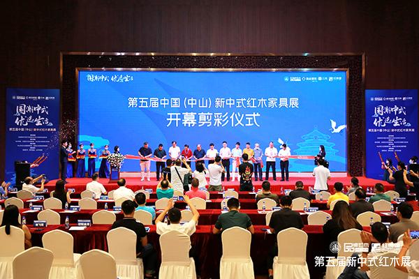 林伟华会长(右一)与其他领导专家进行开幕剪彩仪式