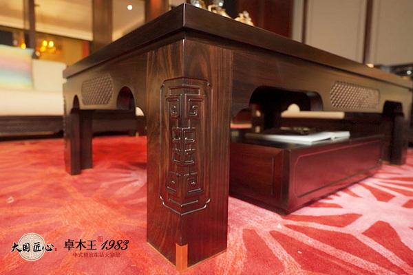 """""""悦中国""""系列家具刻有来自中国青铜器的铭文"""